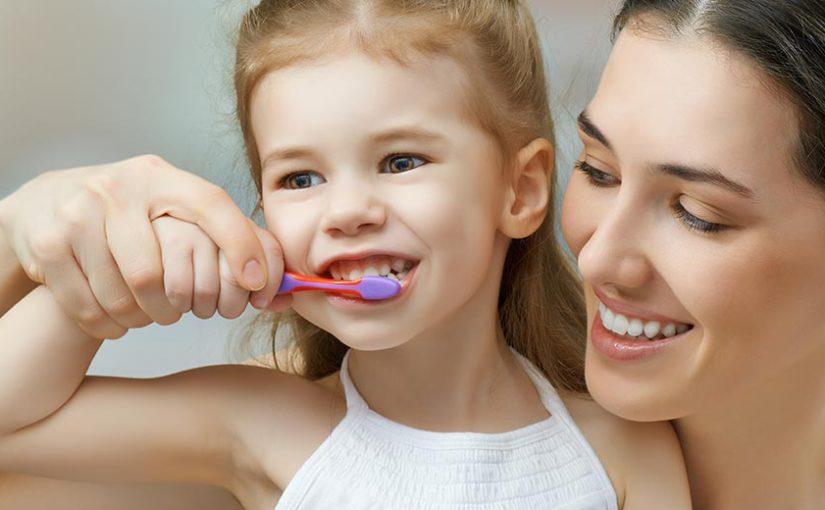 ayudar-ninos-cepillarse-dientes
